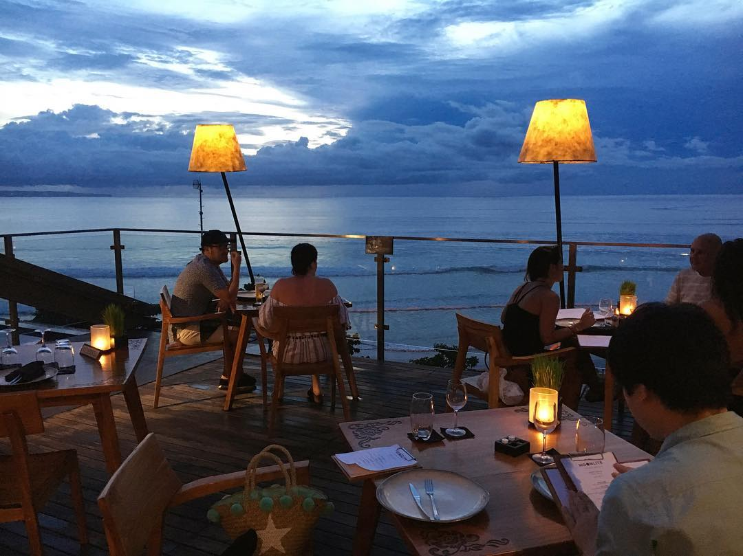 Moonlite Kitchen And Bar Bali Resto Unik Menawarkan Pemandangan Sunset Indah Info Wisata