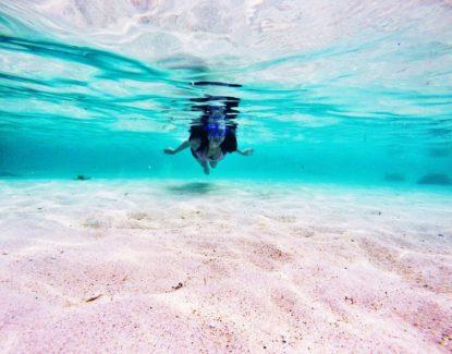 Air laut yang bening di Pantai Geger Nusa Dua