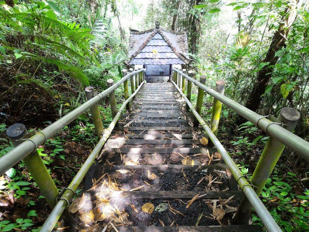 Anak tangga yang harus dilalui saat menuju Air Terjun Nungnung via 1024x768 » Air Terjun Nungnung, Wisata Alam yang Eksotis di Badung