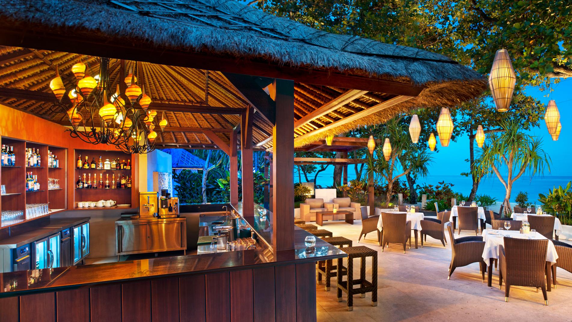 Arwana Restaurant Nusa Dua, Pengalaman Makan Malam Romantis dengan Sajian Pemandangan Samudera Hindia