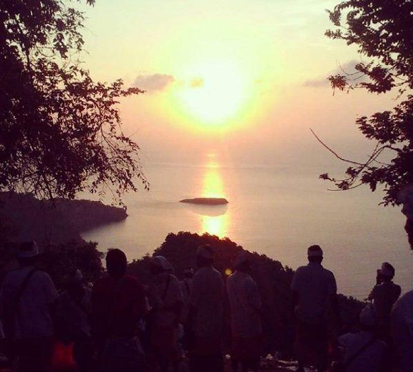 Berburu Sunrise Cantik di Bukit Gumang Desa Bugbug