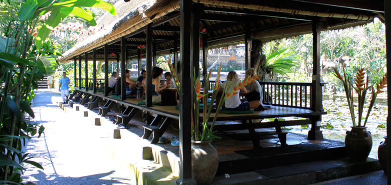 Cafe Lotus Ubud 3 » Menyaksikan Tarian Tradisional Bali di Cafe Lotus Ubud Berbalutkan Keindahan Taman Teratai