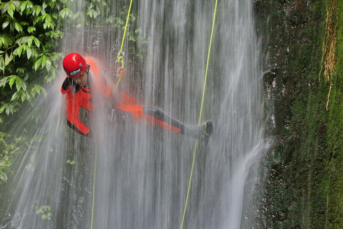 Canyoning di Air Terjun Gitgit