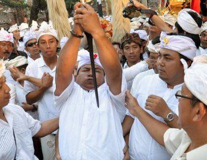 Fenomena Kesurupan Massal di Bali