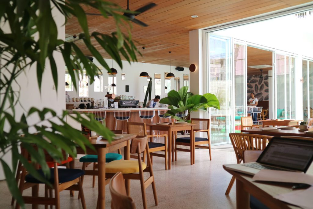 Kafe Cabina Bali 3 1024x683 » Kafe Cabina Bali, Tempat Nongkrong Asyik dengan Suasana Khas Pantai