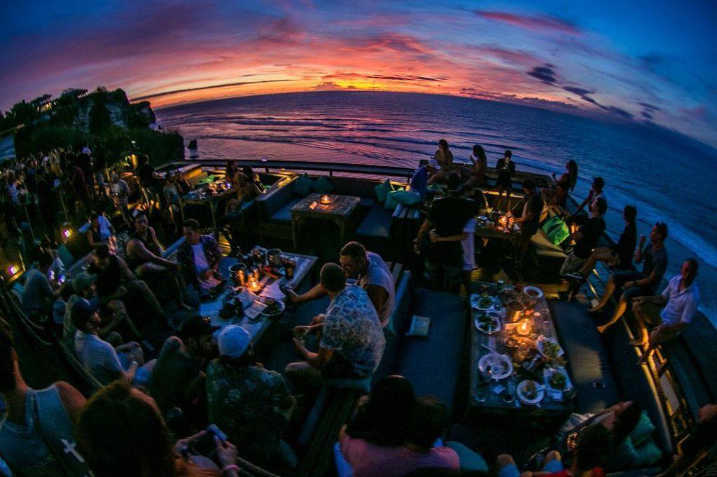 Kafe Single Fin Uluwatu 2 1024x681 » Kafe Single Fin Uluwatu, Tempat Makan Enak dengan Suguhan Sunset Mengagumkan