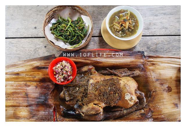 Menyantap kuliner bebek ataupun ayam betutu di Bali menjadi hal yang begitu gampang. Anda bisa menemukan begitu banyak warung makan atau restoran dengan sajian betutu khas Bali. Namun, kalau ingin mencicipi ayam atau betutu tradisional Bali yang tersaji secara eksklusif, pilihan terbaiknya adalah Mangku Gunung Lebah Ubud. Praktisi kuliner nusantara, mendiang Bondan Winarno begitu merekomendasikan tempat yang satu ini. Hanya saja, Anda akan menemukan kalau Mangku Gunung Lebah Ubud merupakan tempat yang tidak biasa. Tempat ini bukan merupakan warung, bukan pula sebuah restoran yang mewah. Mangku Gunung Lebah hanya berupa rumah warga biasa. Apa yang Membedakan Mangku Gunung Lebah Ubud dengan Tempat Lain? Mangku Gunung Lebah Ubud memang hanya berupa rumah biasa. Para pengunjung yang ingin menyantap betutu enak di sini, tidak bisa menyantapnya secara langsung di tempat. Tidak hanya itu. Anda juga tidak bisa serta merta datang untuk beli betutu di sini. Pemesanan harus dilakukan setidaknya sehari sebelumnya. Dengan cara pemesanan serta penjualan yang tidak biasa tersebut, tak heran kalau menyebut Mangku Gunung Lebah Ubud sebagai tempat yang eksklusif. Apalagi, kelezatan bebek serta ayam betutu yang ada di sini sudah begitu terkenal. Banyak wisatawan yang memilih sajian dari Pak Mangku sebagai pilihan oleh-oleh kuliner yang enak dari Bali. Cara Pembuatan Betutu Tradisional di Mangku Gunung Lebah Ubud Hal yang membuat ayam serta bebek betutu dari Pak Mangku Ubud begitu spesial bukanlah karena ketidaktersediaannya sarana untuk makan di tempat. Bukan pula karena pemesanan yang tidak bisa dilakukan secara langsung. Alasan utama dari begitu spesialnya betutu di sini adalah karena proses pembuatan secara tradisional. Bebek serta ayam betutu dari Mangku Gunung Lebah Ubud merupakan varian betutu gianyar. Untuk proses pembuatannya, butuh waktu yang begitu lama. Metode pemasakan yang dipakai merupakan cara slow cooking dengan cara dibakar menggunakan bara sekam padi dengan durasi ku