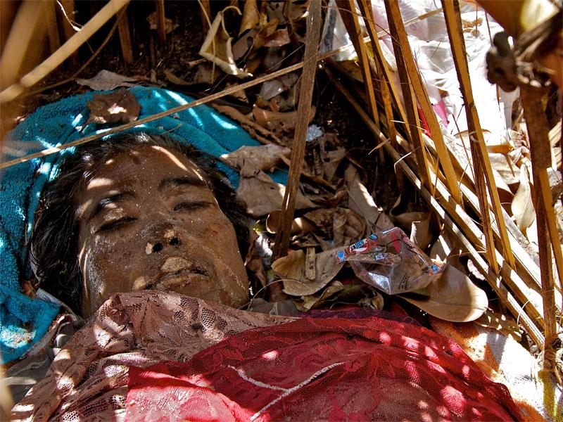 Mayat mepasah di Desa Trunyan Bali via » Tradisi Pemakaman Unik Warisan Leluhur di Desa Trunyan Bali