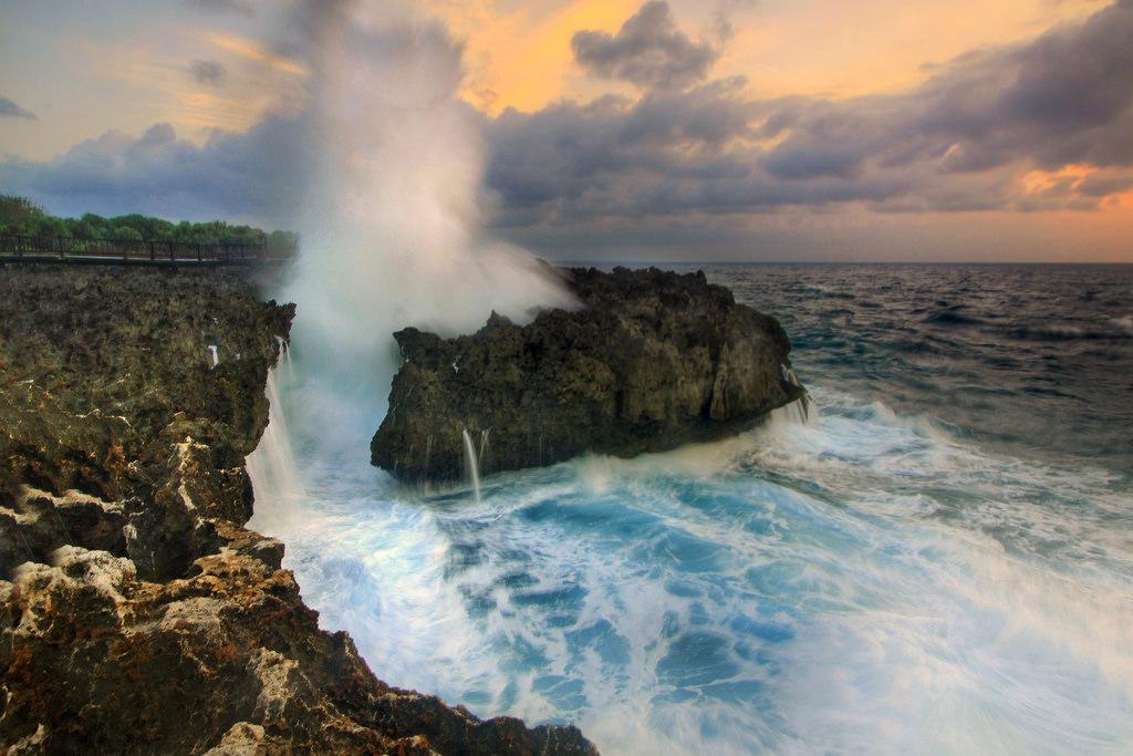 Ombak besar yang ada di Water Blow Nusa Dua Bali