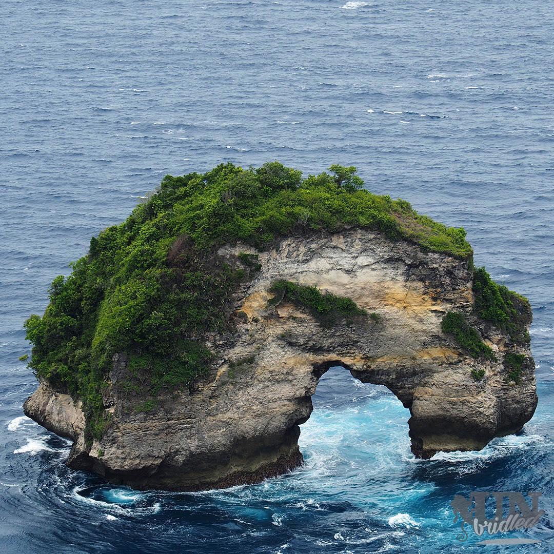 Pantai Banah Nusa Penida, Pantai Unik dengan Tebing Berlubang