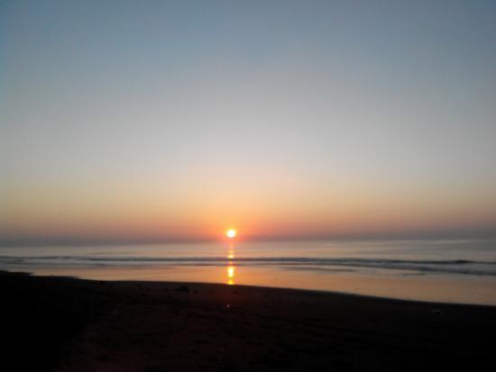 Pantai Biaung Denpasar, Pantai Pasir Hitam dengan Pemandangan Sunset Indah dan Ombak Memukau