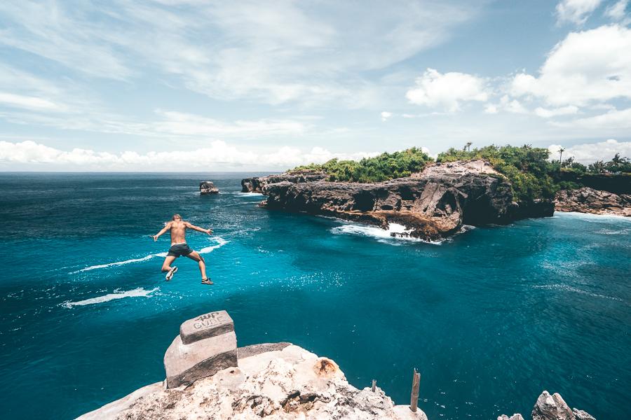 Pantai Blue Lagoon Nusa Ceningan 2 » Pantai Blue Lagoon Nusa Ceningan, Liburan Penuh Tantangan Loncat dari Atas Tebing