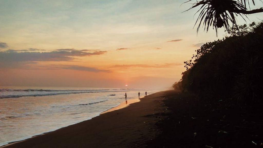 Pantai Delod Berawah Jembrana 3 1024x576 » Asyiknya Liburan di Hamparan Pasir Hitam Pantai Delod Berawah Jembrana
