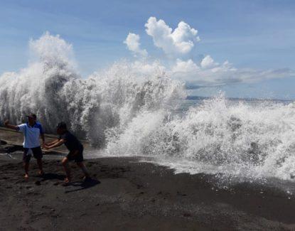 Gulungan Ombak Pantai Karangdadi Kusamba