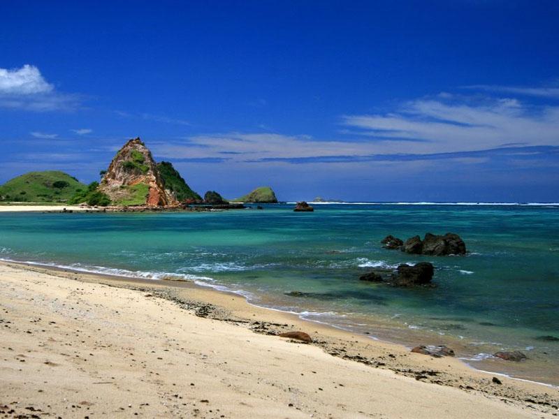 Pantai Lebih Gianyar, Kombinasi Kuliner Seafood Enak dengan Pemandangan Ombak Tinggi