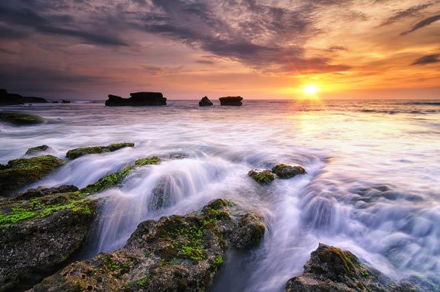 Pantai Melasti Tabanan, Keindahan Mini Waterfall dengan Langit Senja yang Indah