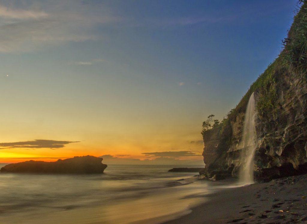 Pantai Melasti Tabanan 3 1024x747 » Pantai Melasti Tabanan, Keindahan Mini Waterfall dengan Langit Senja yang Indah