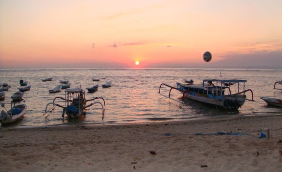 Pantai Scooby Doo Nusa Lembongan, Pantai Pasir Putih dengan Pemandangan Matahari Terbenam yang Memukau