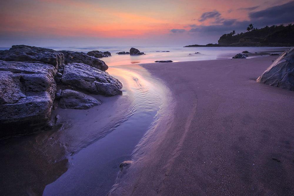 Pasir Hitam di Pantai Soka Bali Tak Kalah Pesonanya dengan Pantai Pasir Putih Loh!