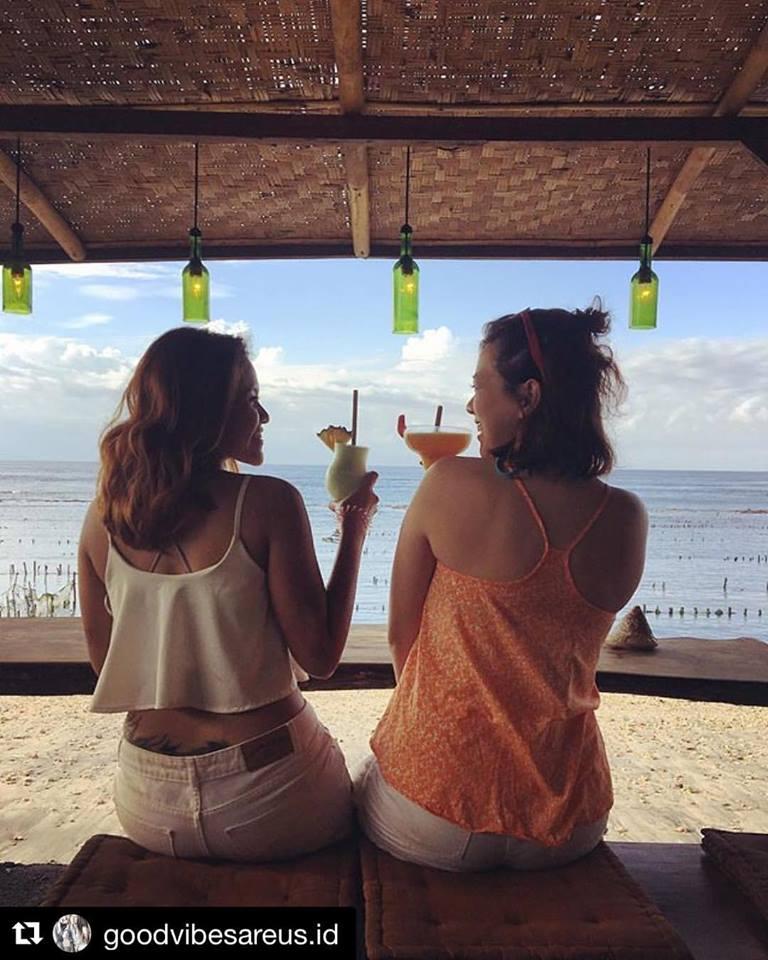 Penida Colada Lounge Bar, Tempat Nongkrong dengan Suasana Santai Tepi Pantai