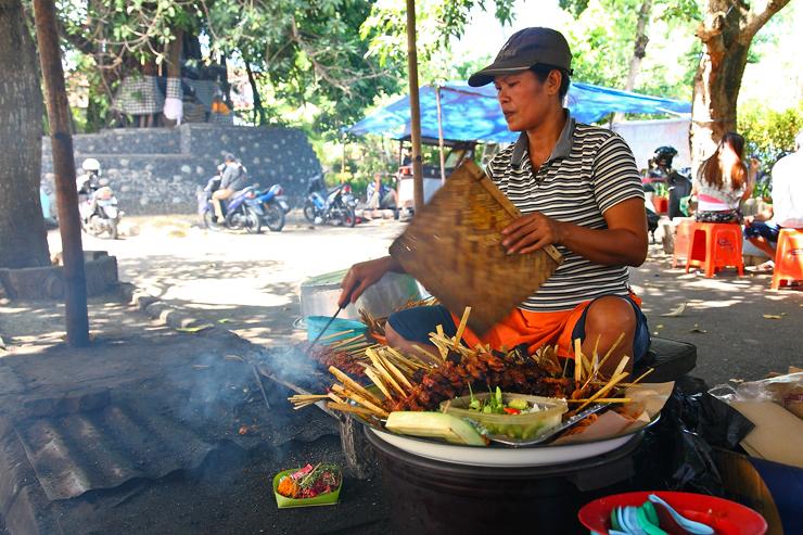 Penjual sate Babi Bawah Pohon di Legian » Sate Babi Bawah Pohon, Kuliner Jalanan Favorit di Pulau Bali