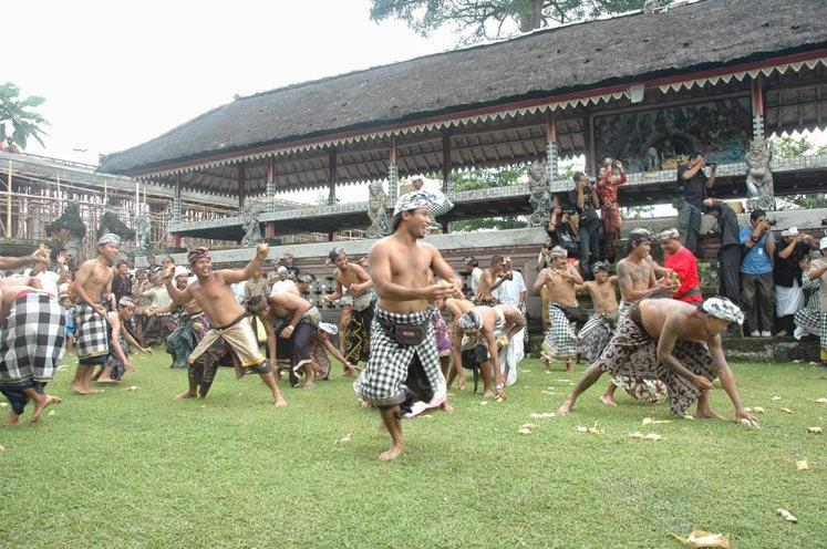 Perang Ketupat Desa Adat Kapal 1 » Perang Ketupat Desa Adat Kapal, Tradisi Wujud Rasa Syukur Masyarakat Hindu Bali