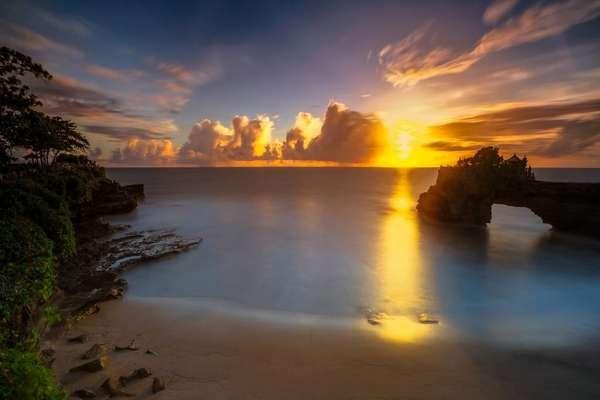 Pesona Keindahan Pantai Batu Bolong Canggu