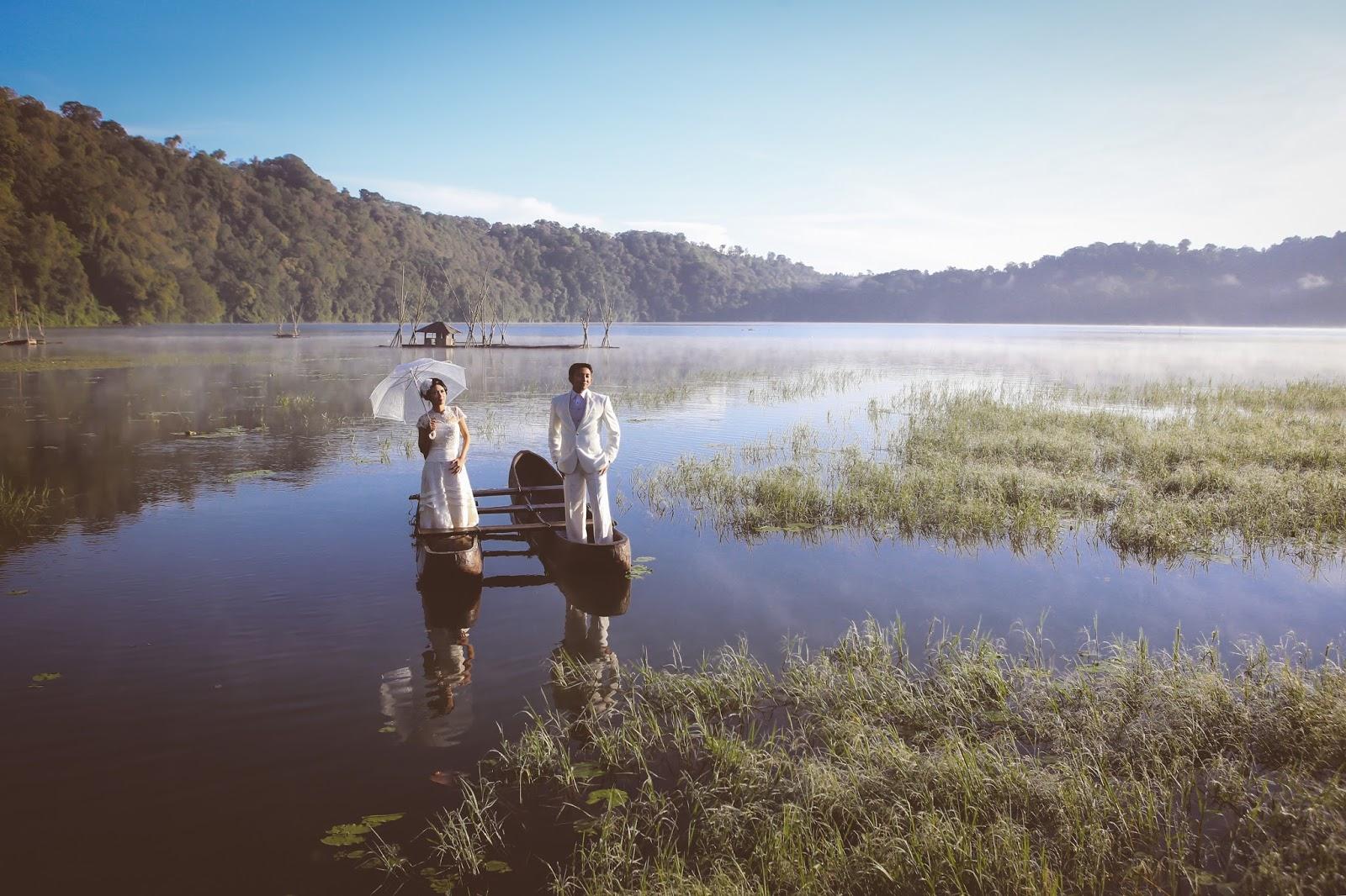 Romantisnya Sesi Foto Prewedding di Danau Tamblingan Bedugul