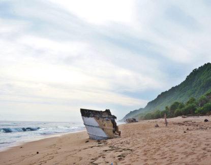 Puing-puing kapal di Pantai Nyang Nyang Bali