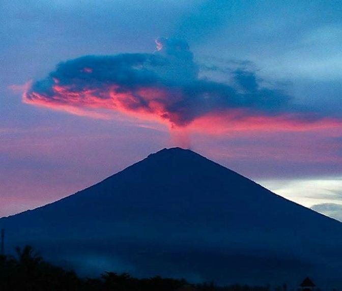 Suasana Resto Romantis di Nad Brahma Amed dengan View Sunset Gunung Agung yang Memesona
