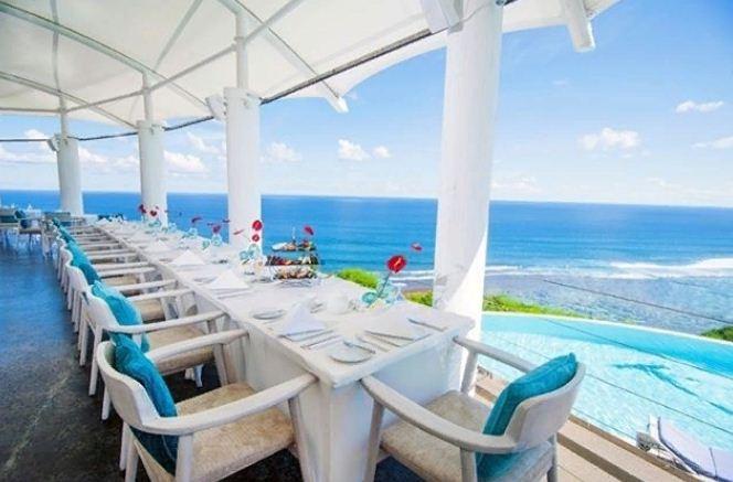 Restoran di Mare Karma Kandara yang Menawarkan Suasana Romantis Tepi Pantai