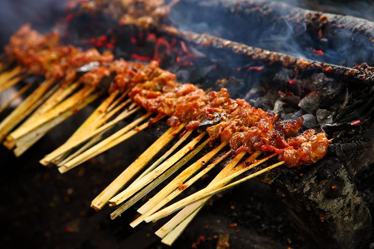 Sate Babi Bawah Pohon di Legian » Sate Babi Bawah Pohon, Kuliner Jalanan Favorit di Pulau Bali
