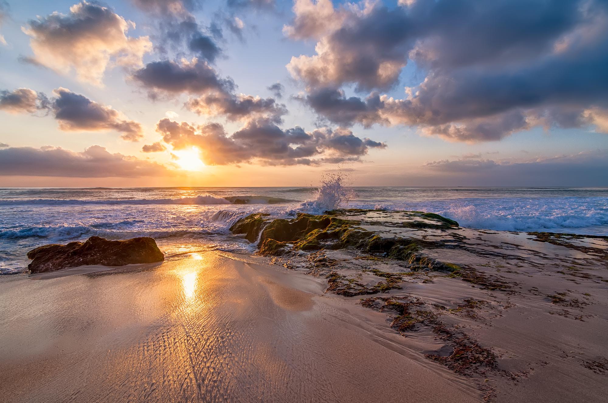 Pemandangan sunset di Pantai Dreamland Bali
