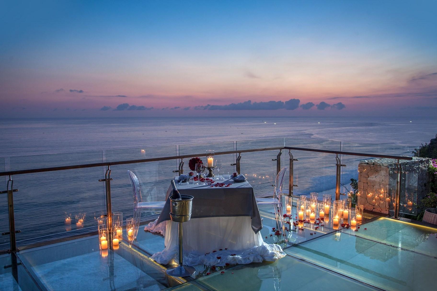Tirtha Dining Uluwatu, Pengalaman Bersantap Romantis di Atas Tebing