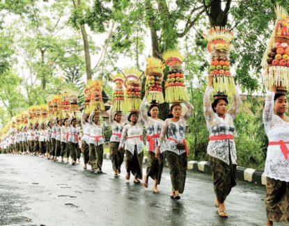 tradisi mapeed di Bali