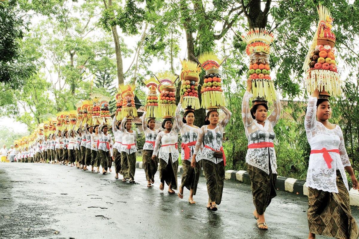 Uniknya Iring-iringan Gadis Pembawa Sesajen dalam Tradisi   Mapeed di Bali