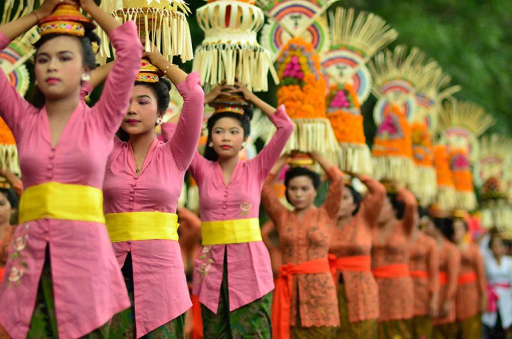 Tradisi Mapeed di Bali 2 1024x678 » Uniknya Iring-iringan Gadis Pembawa Sesajen dalam Tradisi   Mapeed di Bali
