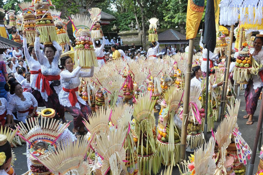 Tradisi Mapeed di Bali 3 1024x682 » Uniknya Iring-iringan Gadis Pembawa Sesajen dalam Tradisi   Mapeed di Bali