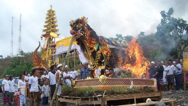 Tradisi Mesbes Bangke Bali 2 » Tradisi Mesbes Bangke Bali, Tradisi Mencabik Mayat saat Ngaben yang   Kontroversial