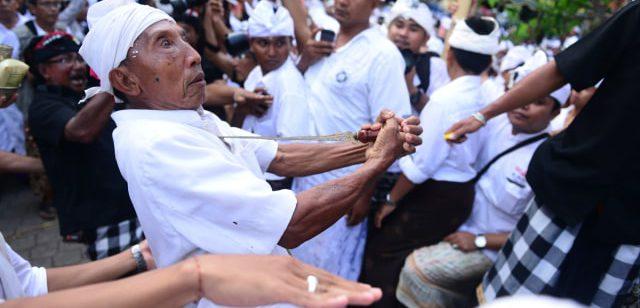 Tradisi Ngurek Bali