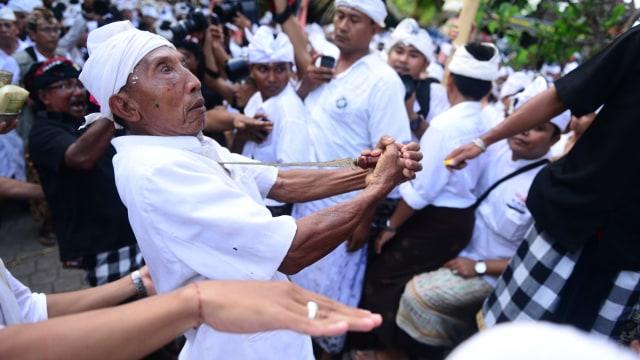 Tradisi Ngurek Bali, Tradisi Ekstrem Menusuk Diri dengan Keris yang Sakral