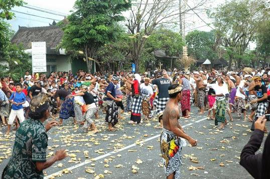 Tradisi Perang Tipat Bantal 2 » Tradisi Perang Tipat Bantal, Budaya Unik Turun-temurun dari Warga Desa Kapal Badung