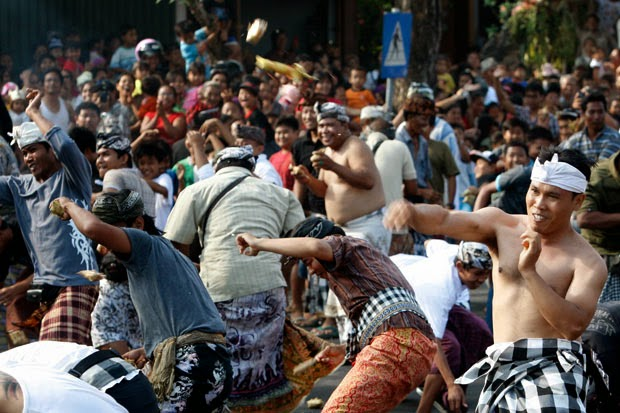 Tradisi Perang Tipat Bantal 3 » Tradisi Perang Tipat Bantal, Budaya Unik Turun-temurun dari Warga Desa Kapal Badung