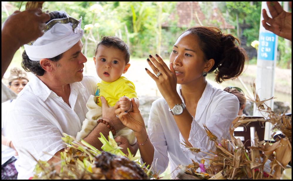 Ulang tahun menjadi perayaan yang biasa dilakukan setiap tahun. Namun, di Bali, ada perayaan lain yang pelaksanaannya dilakukan lebih awal, tepatnya setiap 6 bulan sekali. Namanya adalah Upacara Otonan di Bali. Upacara ini pun memiliki makna yang tak kalah pentingnya dibandingkan dengan perayaan ulang tahun. Upacara Otonan di Bali dalam pelaksanaannya merupakan bukti rasa syukur manusia kepada Ida Sang Hyang Widhi Wasa. Pelaksanaannya dilakukan berdasarkan dari hitungan weton yang ada dalam budaya Jawa. Masuk ke Bali, kata weton pun berubah menjadi oton yang memiliki arti secara literal kelahiran atau bisa pula diartikan menjelma ke dunia. Tata Cara Pelaksanaan Upacara Otonan di Bali Otonan sendiri, menurut warga Hindu Bali, merupakan hari kelahiran yang kedatangannya harus dirayakan setiap 210 hari sekali. Upacara ini tak sekadar menjadi wujud rasa syukur terhadap kelahiran dan segala nikmat yang diberikan. Di waktu yang sama, Otonan juga dianggap berpengaruh pada perilaku dan jalan hidup yang dimiliki seseorang. Pelaksanaan upacara ini harus dilakukan sejak bayi berusia 210 hari. Selanjutnya, upacara tersebut dilakukan secara rutin hingga ajal menjemput. Ada beberapa tahapan yang perlu diperhatikan dalam pelaksanaan upacara keagamaan yang penting bagi umat Hindu Bali ini, yaitu: 1. Pemujaan yang dilakukan oleh pendeta dalam rangka memohon kesaksian terhadap Hyang Widhi 2. Tahapan pemujaan yang ditujukan kepada Siwa Raditya (Suryawastawa) 3. Tahapan pemberian hormat kepada para leluhur yang telah tiada 4. Pemujaan yang dilakukan ketika pelaksanaan potong rambut 5. Pemujaan yang dilakukan sebagai inti dari upacara otonan dan bersembahyang Upacara ini bisa dilakukan dengan cara yang sederhana ataupun dengan begitu meriah. Dapat disesuaikan dengan kondisi keluarga masing-masing. Hanya saja, pada pelaksanaan Upacara Otonan di Bali yang pertama kali, biasanya dilakukan secara besar-besaran. Apalagi, keberadaan upacara yang pertama tersebut merupakan upaya penting menyam