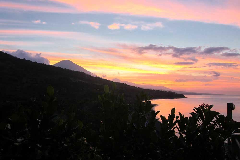 Waeni's Sunset View Hotel Karangasem, Penginapan Tepi Pantai yang Romantis dengan Panorama Gunung Agung