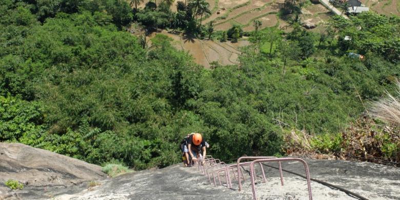 Mencoba Aktivitas Wisata Ekstrem Panjat Tebing Waka Tangga Badung
