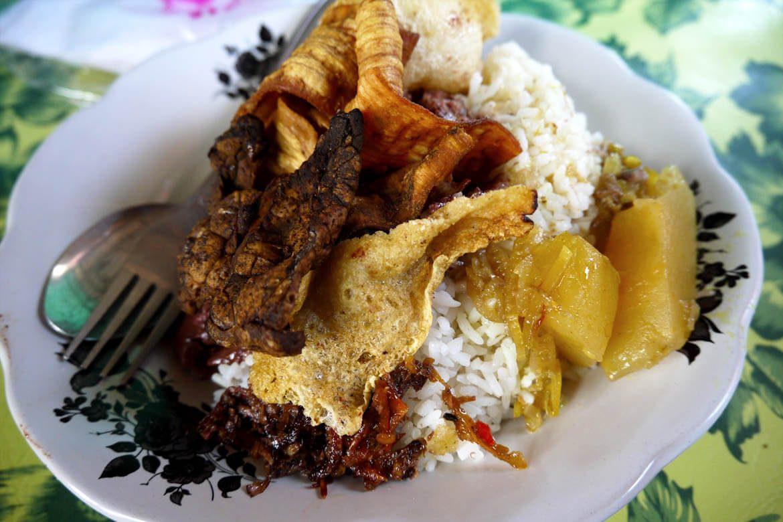 Warung Lawar Sapi Odah Sanur, Kuliner Lawar Antimainstream dengan Campuran Daging Sapi