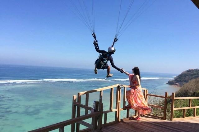 Wisata Paragliding Bukit Riug 1 » Wisata Paragliding Bukit Riug, Aktivitas Menantang Menikmati Keindahan Pantai   Pandawa dari Ketinggian
