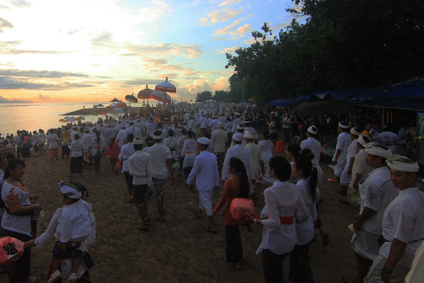 bUpacara Melasti di Bali 1 » Upacara Melasti di Bali, Tradisi Penyucian Diri Jelang Perayaan Nyepi