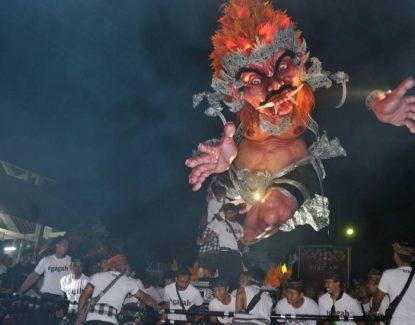 pawai ogoh-ogoh saat perayaan Nyepi